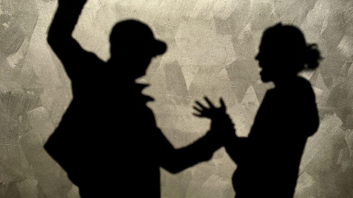 Ein Mann attackiert eine Frau (Symbolbild)