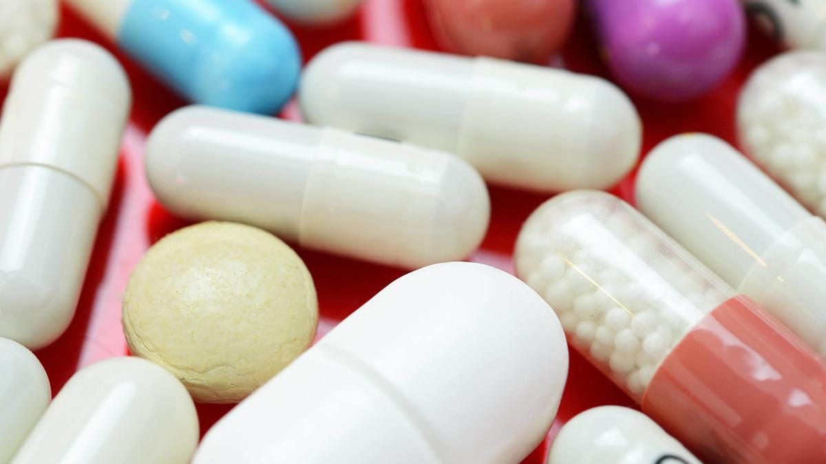 Antibiotika wird nicht zuletzt auf Wunsch der Patienten oft verordnet. Doch die einstige Wunderwaffe droht stumpf zu werden, weil die Bakterien, gegen die sie wirken sollen, Resistenzen entwickeln.