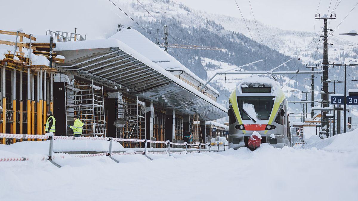 Eingeschneiter Zug im Bahnhof Lienz aufgenommen am Montag, 7. Dezember 2020, in Lienz in Osttirol.