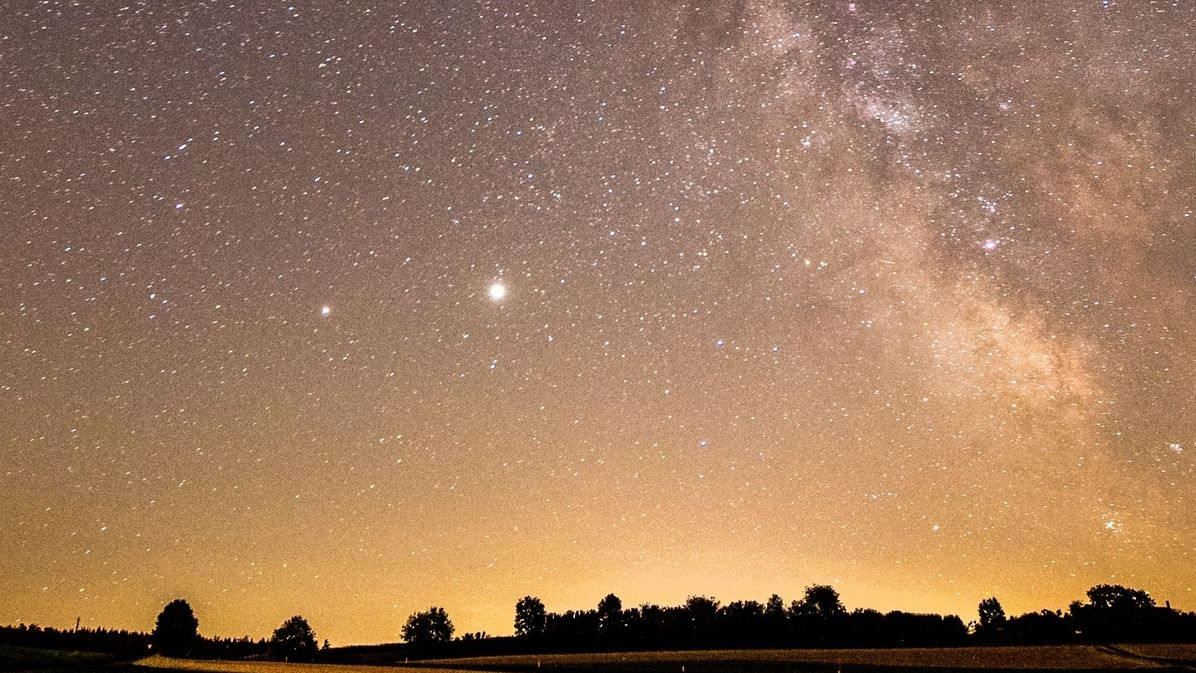 Diese Aufnahme von Saturn (links) und Jupiter (rechts) neben der Milchstraße enstand Mitte Juli 2020, fotografiert von Trix Pulfer