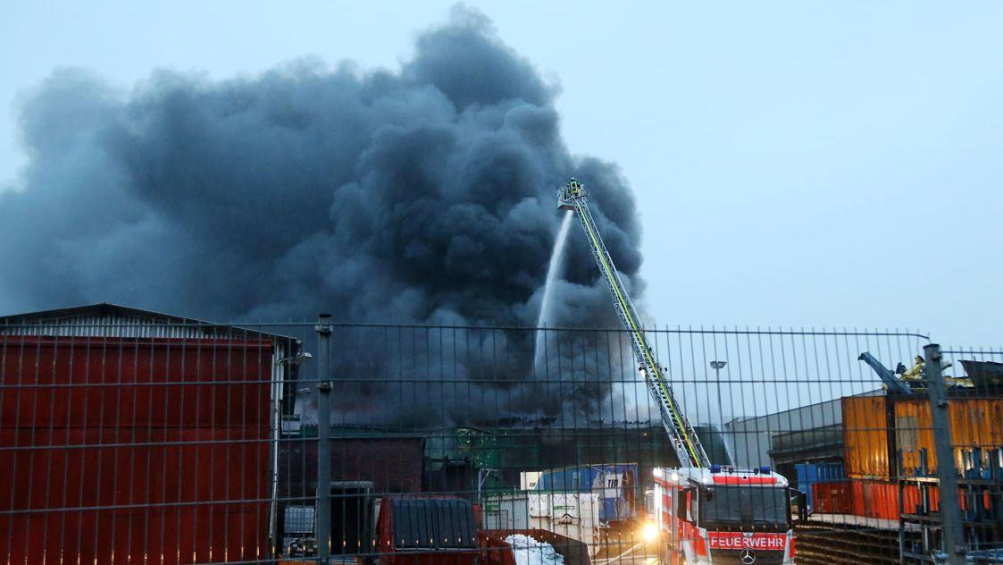 Feuerwehr löscht Brand einer Lagerhalle in Aschaffenburg
