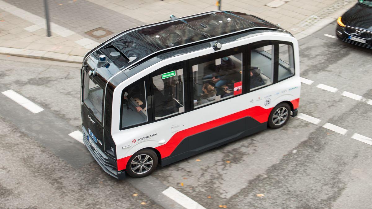 Ein ohne Fahrer fahrender Kleinbus fährt über eine Kreuzung.