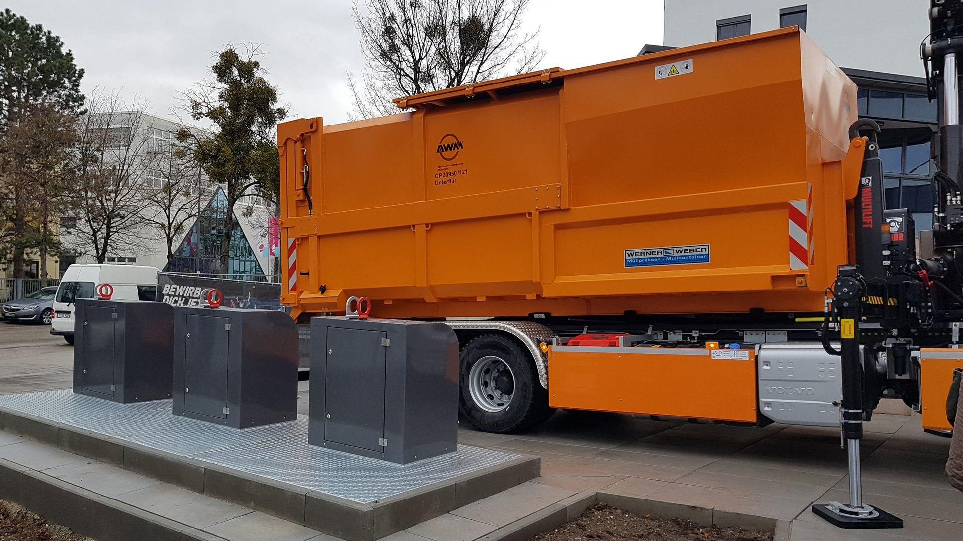 Am Moosfeld in Trudering  wurde der erste Unterflurcontainer vorgestellt – dort entsorgen die Mieter eines Gewerbekomplexes jetzt ihren Abfall.