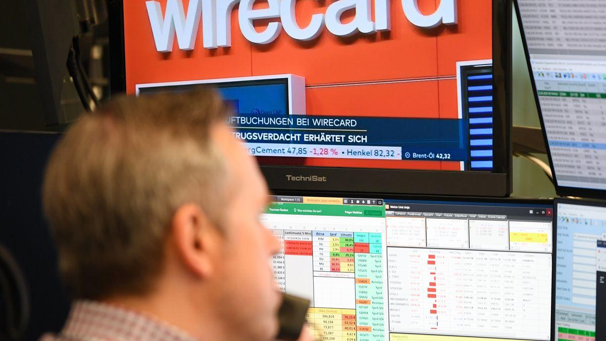 Mann vor wirecard-Logo