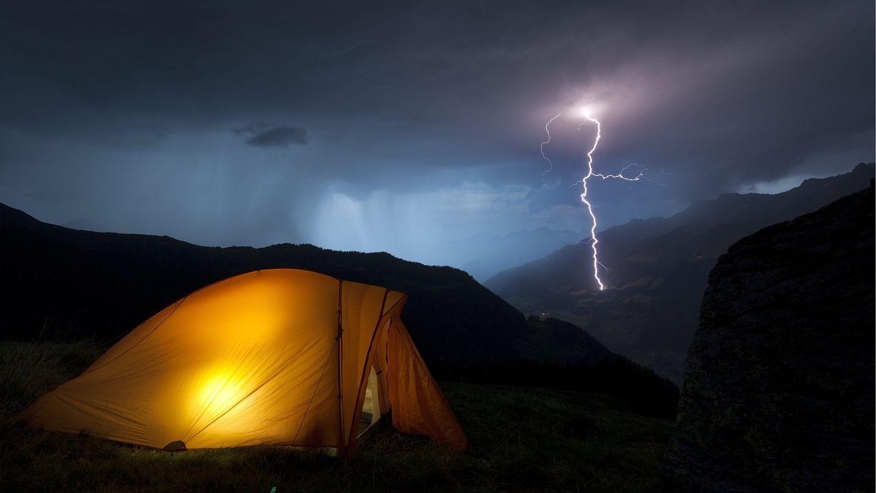 Blitzeinschlag vor Zelt