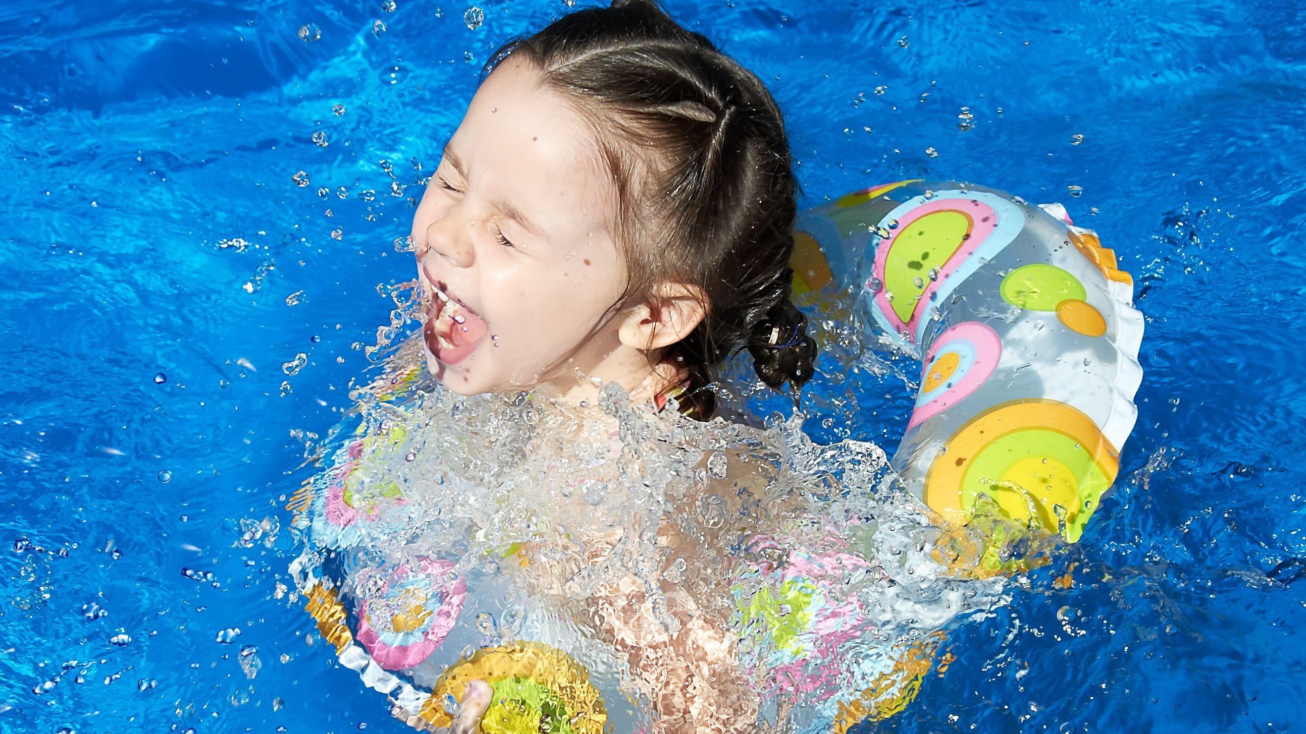 Kind im Schwimmreifen