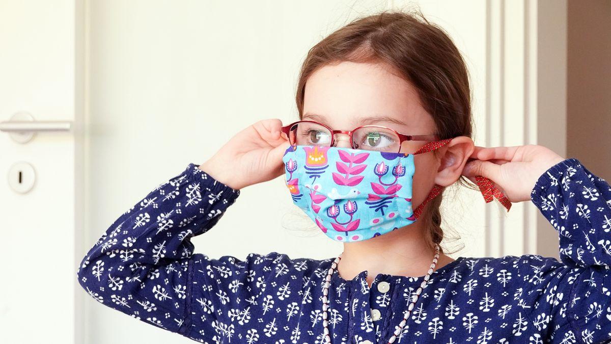Ein Kind mit Mundschutz-Maske (Symbolbild).
