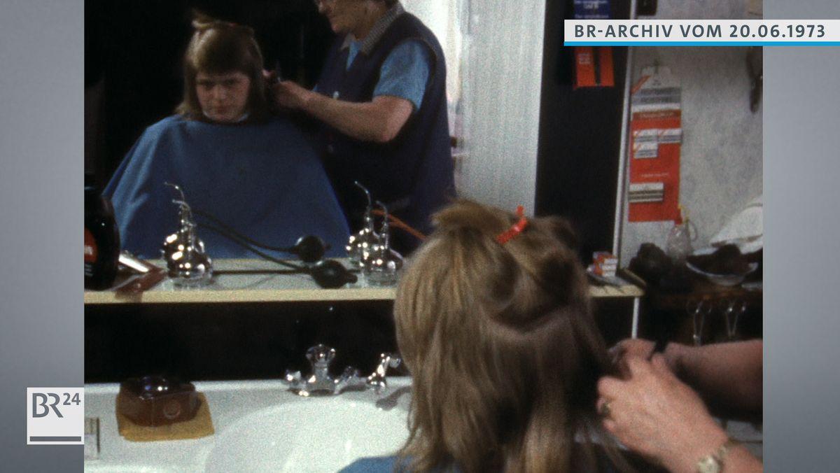 Langhaariger Mann beim Friseur.