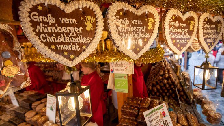 """""""Gruß vom Nürnberger Christkindlesmarkt"""" steht auf Lebkuchenherzen an einem Stand des traditionellen Marktes.   Bild:dpa-Bildfunk/Daniel Karmann"""