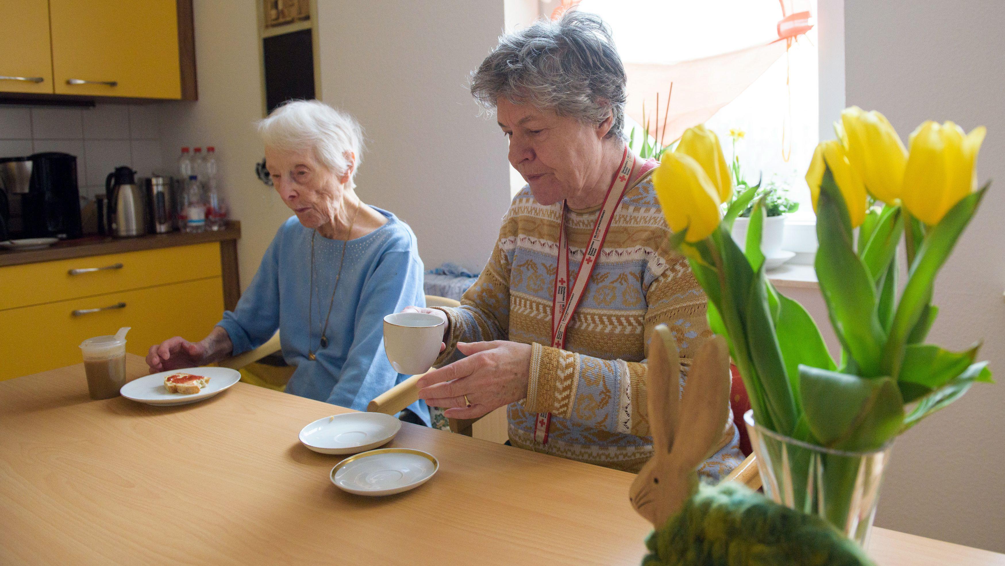 Seniorinnen  in der Wohnküche einer betreuten Wohngemeinschaft.