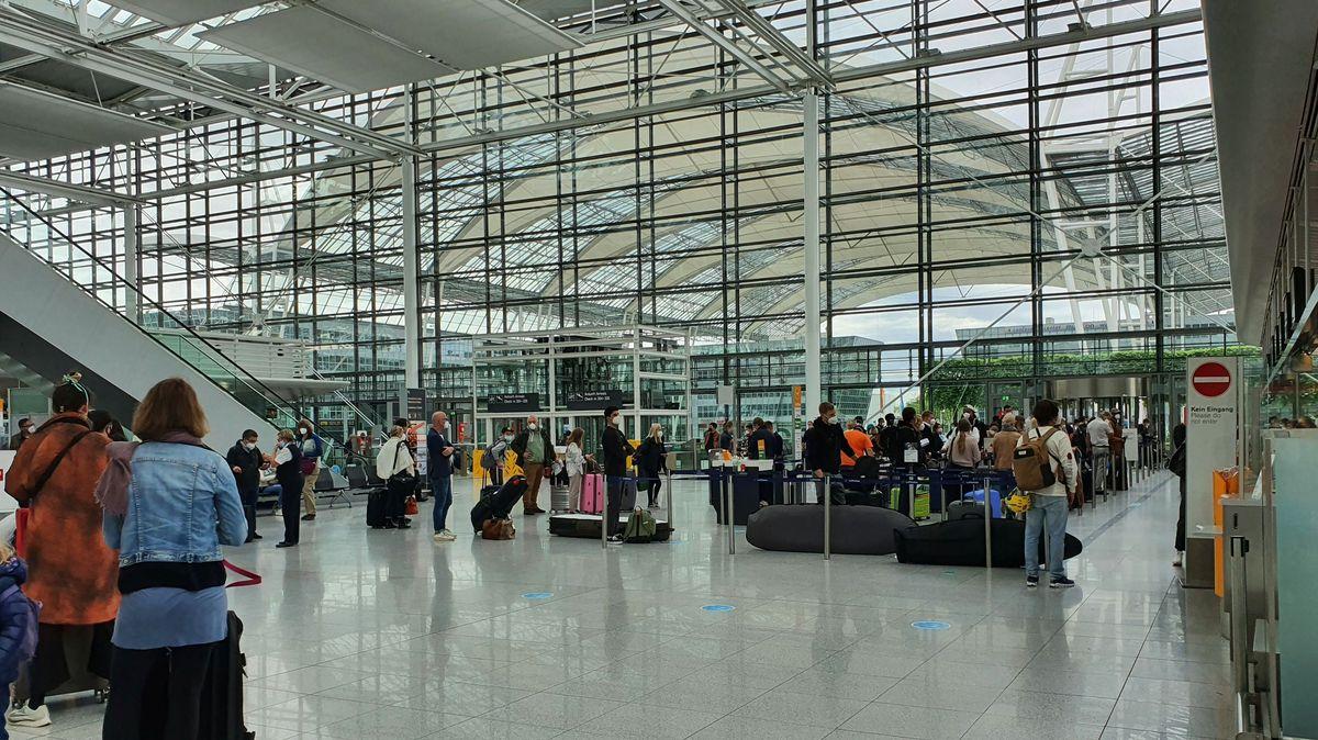 Warteschlange im Terminal 2 am Flughafen München