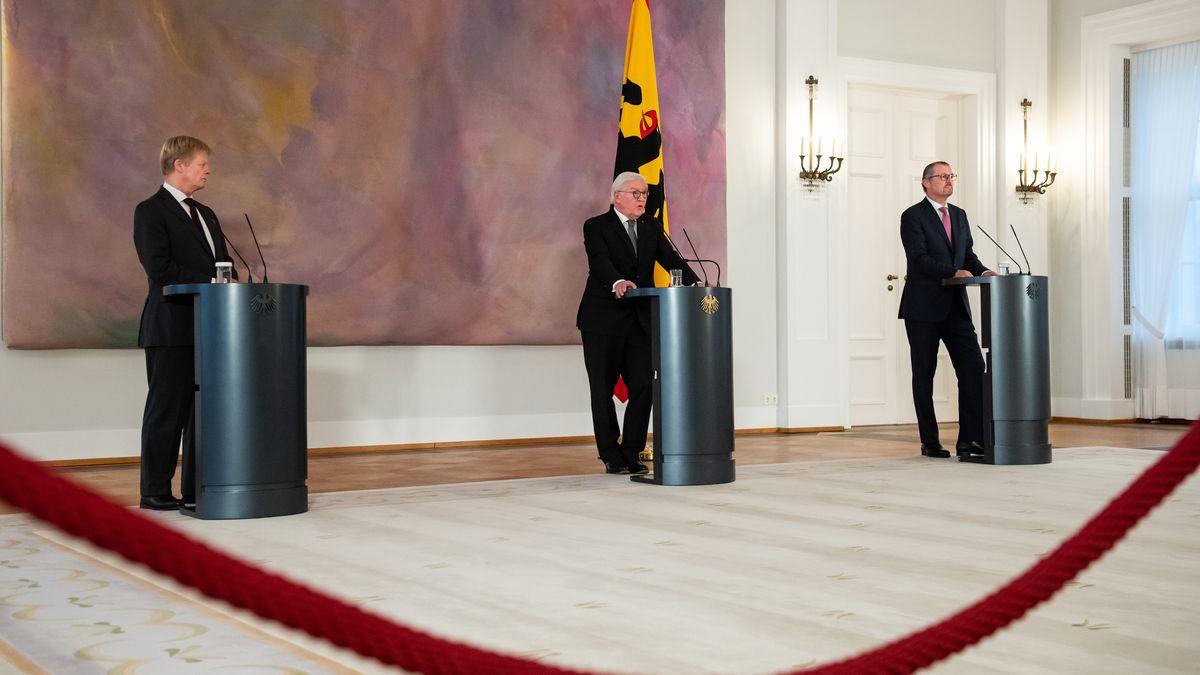 Bundespräsident Frank-Walter Steinmeier mit Rainer Dulger (r), Präsident der Bundesvereinigung der Deutschen Arbeitgeberverbände (BDA), und Reiner Hoffmann (l), Vorsitzender des Deutschen Gewerkschaftsbundes (DGB)