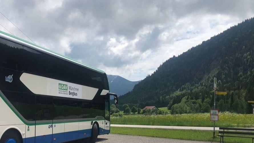 Münchner Bergbus auf einem Parkplatz