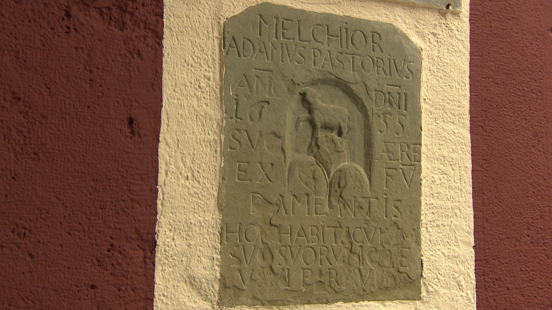 Inschrift erinnert an Franz Daniel Pastorius.