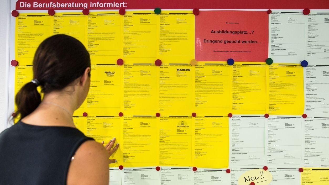 Eine junge Frau sucht nach einem Ausbildungsplatz