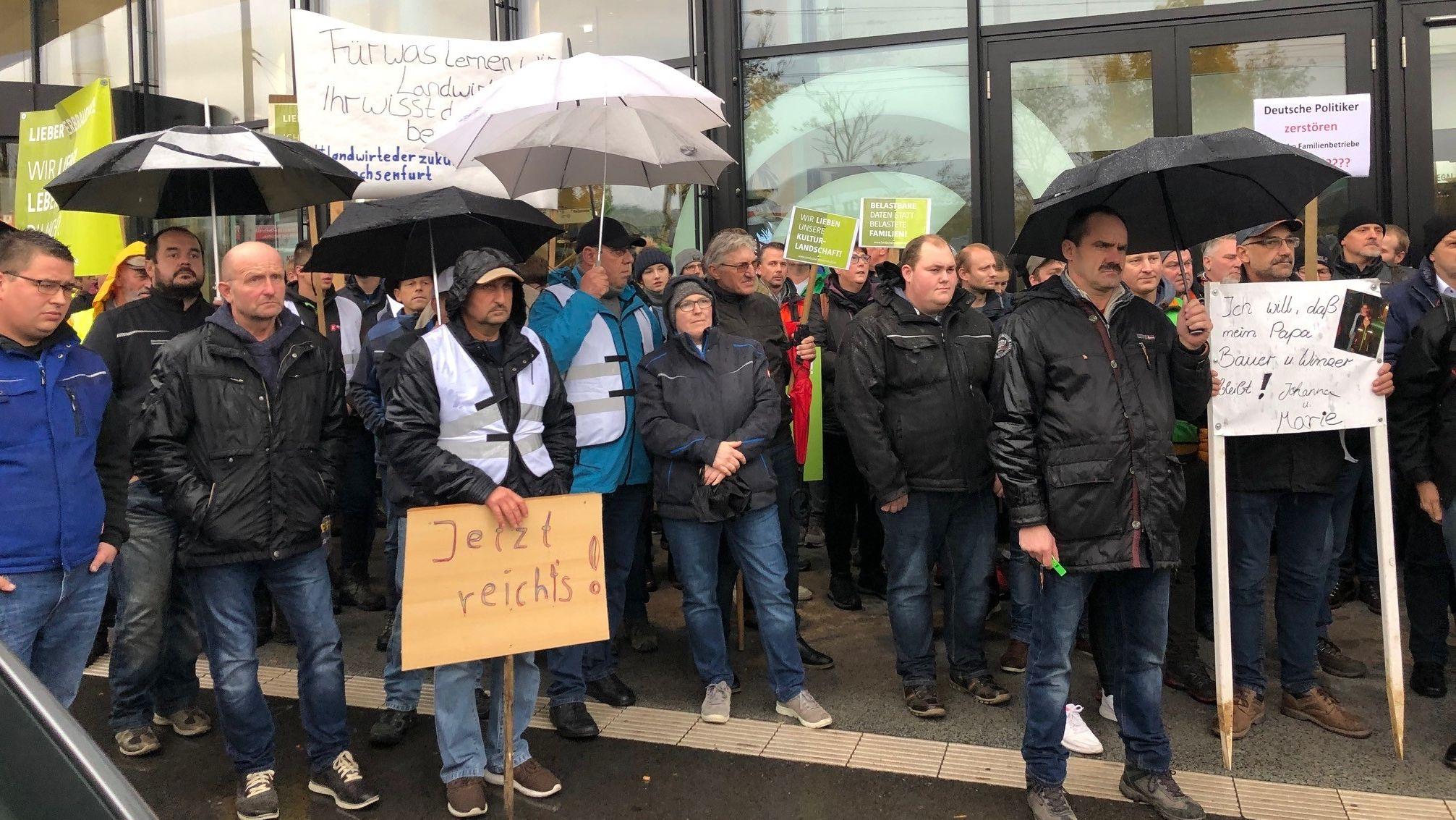 Landwirte demonstrieren vor dem Würzburger Congresscentrum.