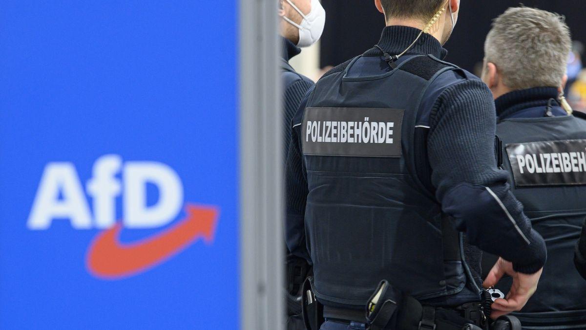 AfD Logo und Polizisten