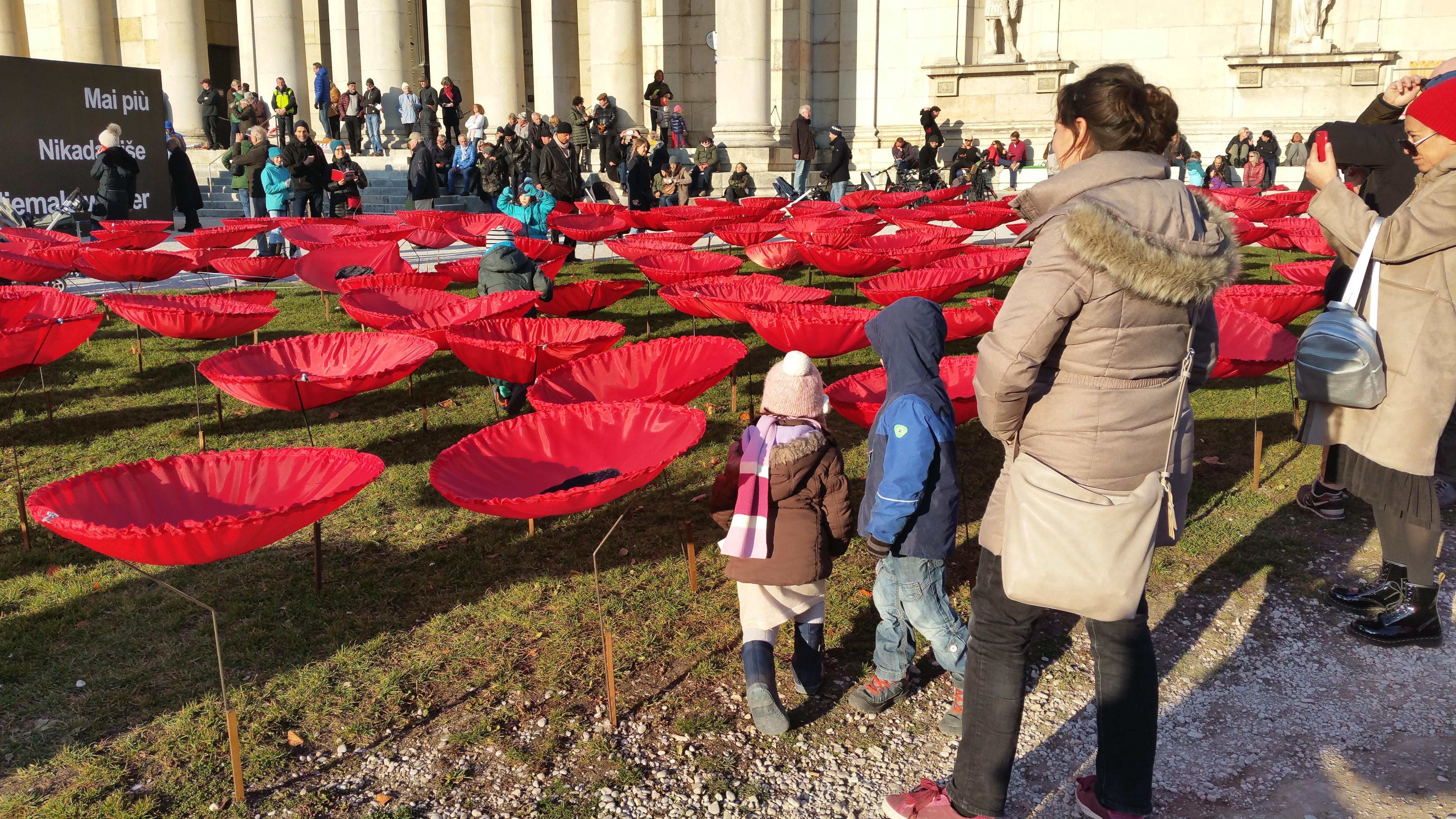 Zu sehen sind die Mohnblumen, die an Projekte des Aktionskünstlers Christo erinnern, bis zum 2. Dezember.