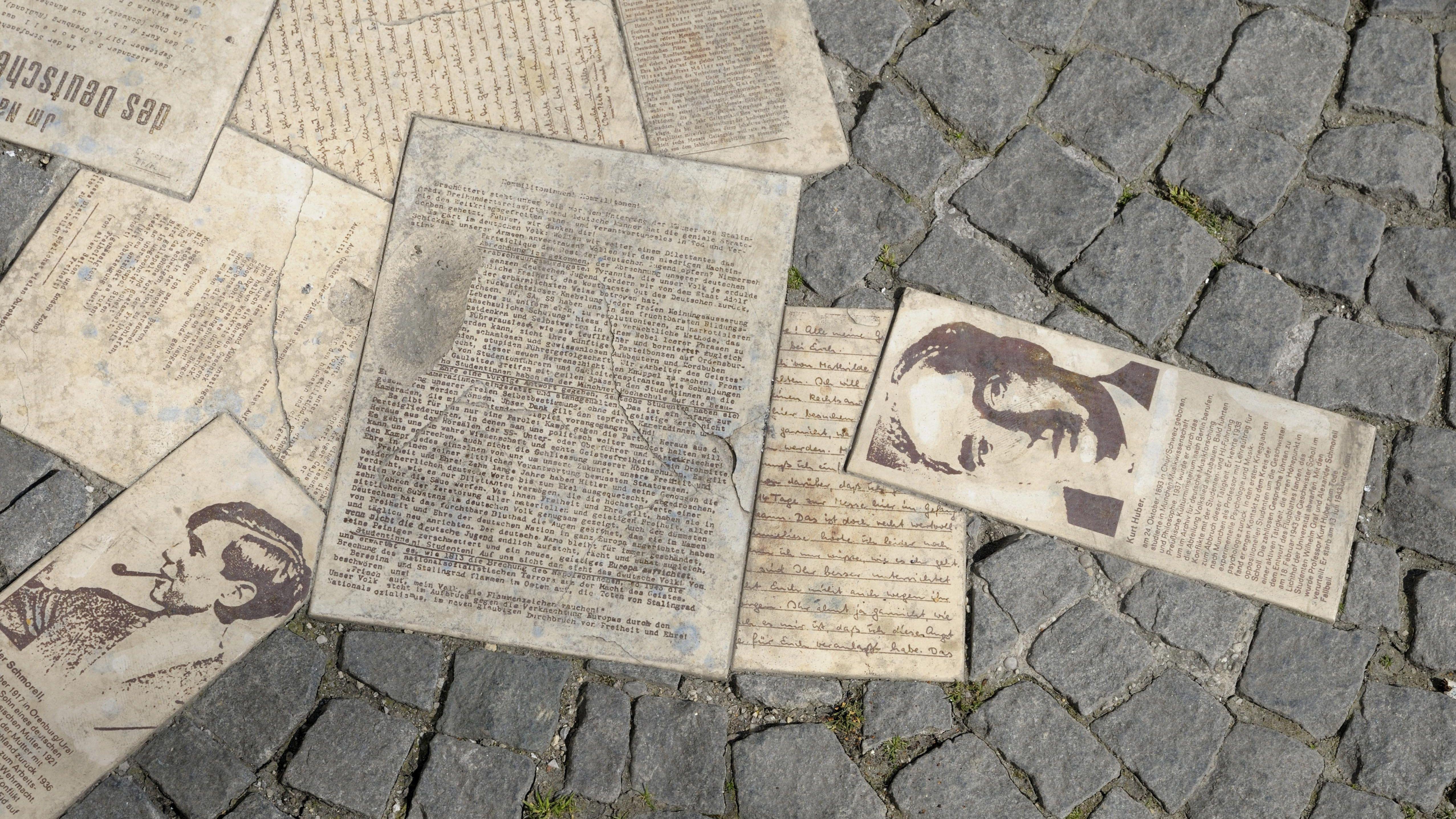 """Ein Denkmal zu Ehren der Widerstandsgruppe """"Weiße Rose"""" in München. Die Mitglieder veröffentlichten Flugblätter gegen die NS-Diktatur. Der Historiker Wolfgang Benz erzählt in seinem Buch """"Im Widerstand"""" auch von Hans und Sophie Scholl."""