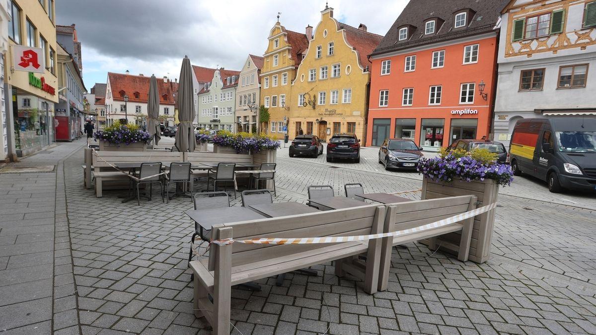 Memmingen: Geschlossen ist der Außenbereich eines Cafes in der Innenstadt