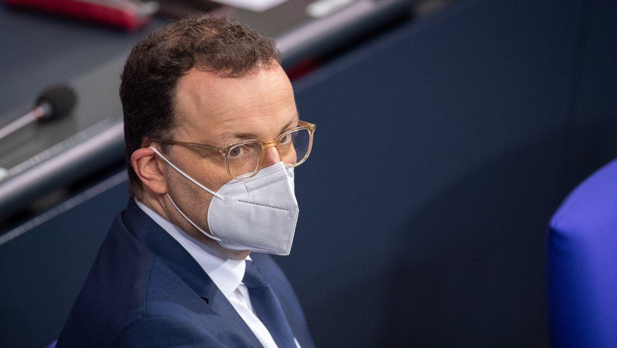 Jens Spahn trägt eine FFP2-Maske