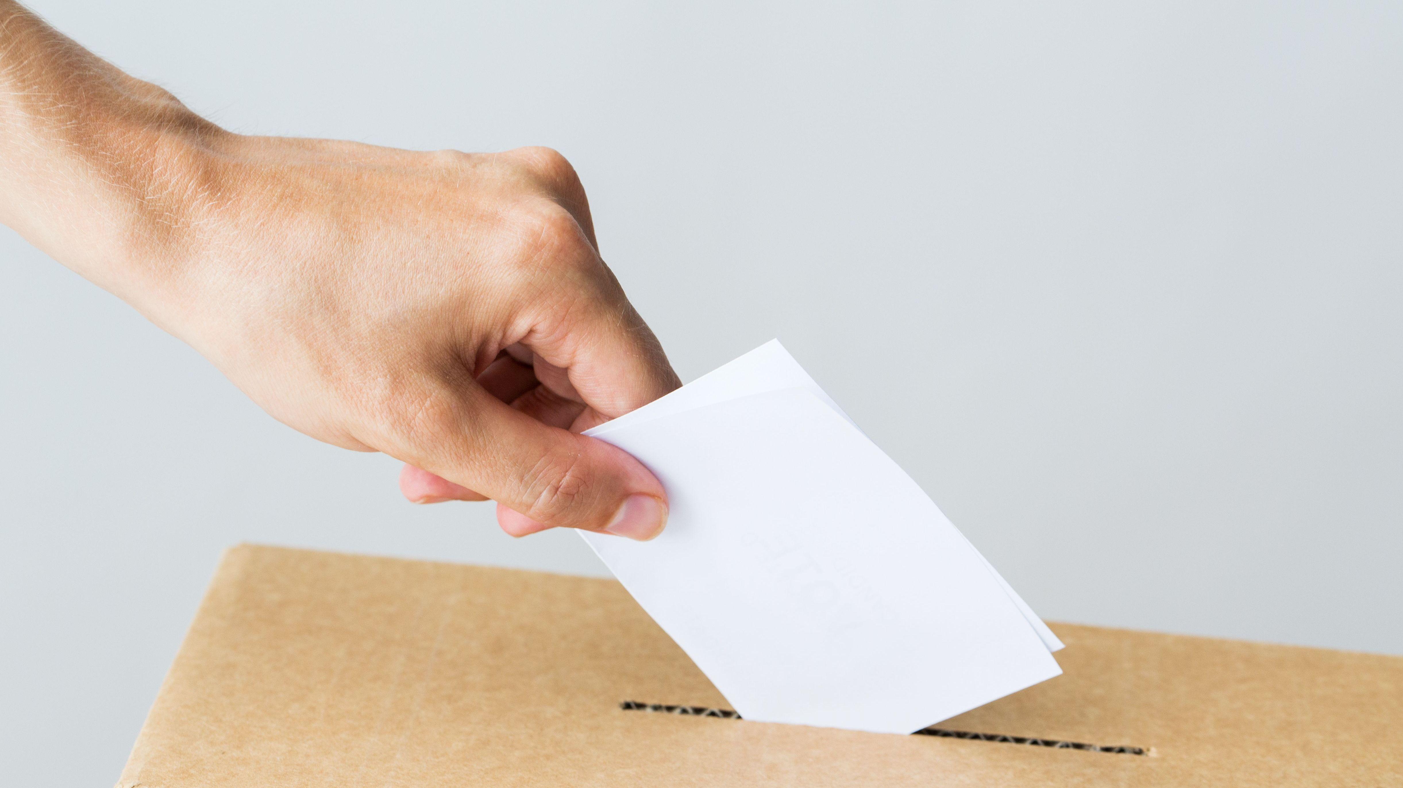 Einwurf eines Stimmzettels in die Wahlurne