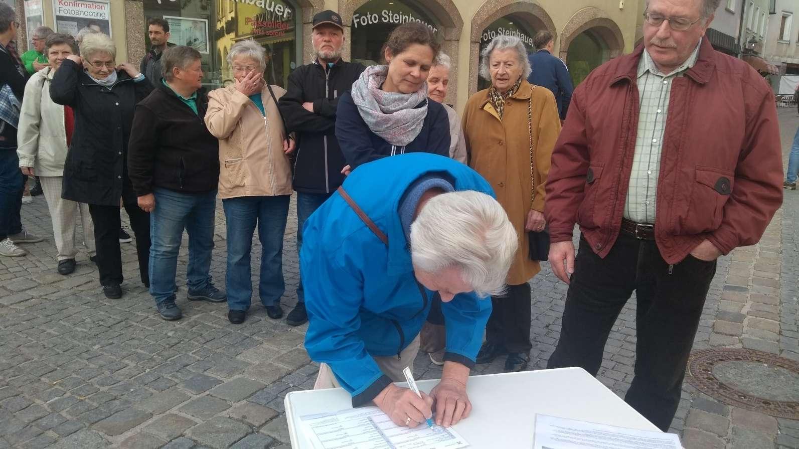 Bürger aus Hersbruck tragen sich in Unterschriftenlisten ein.