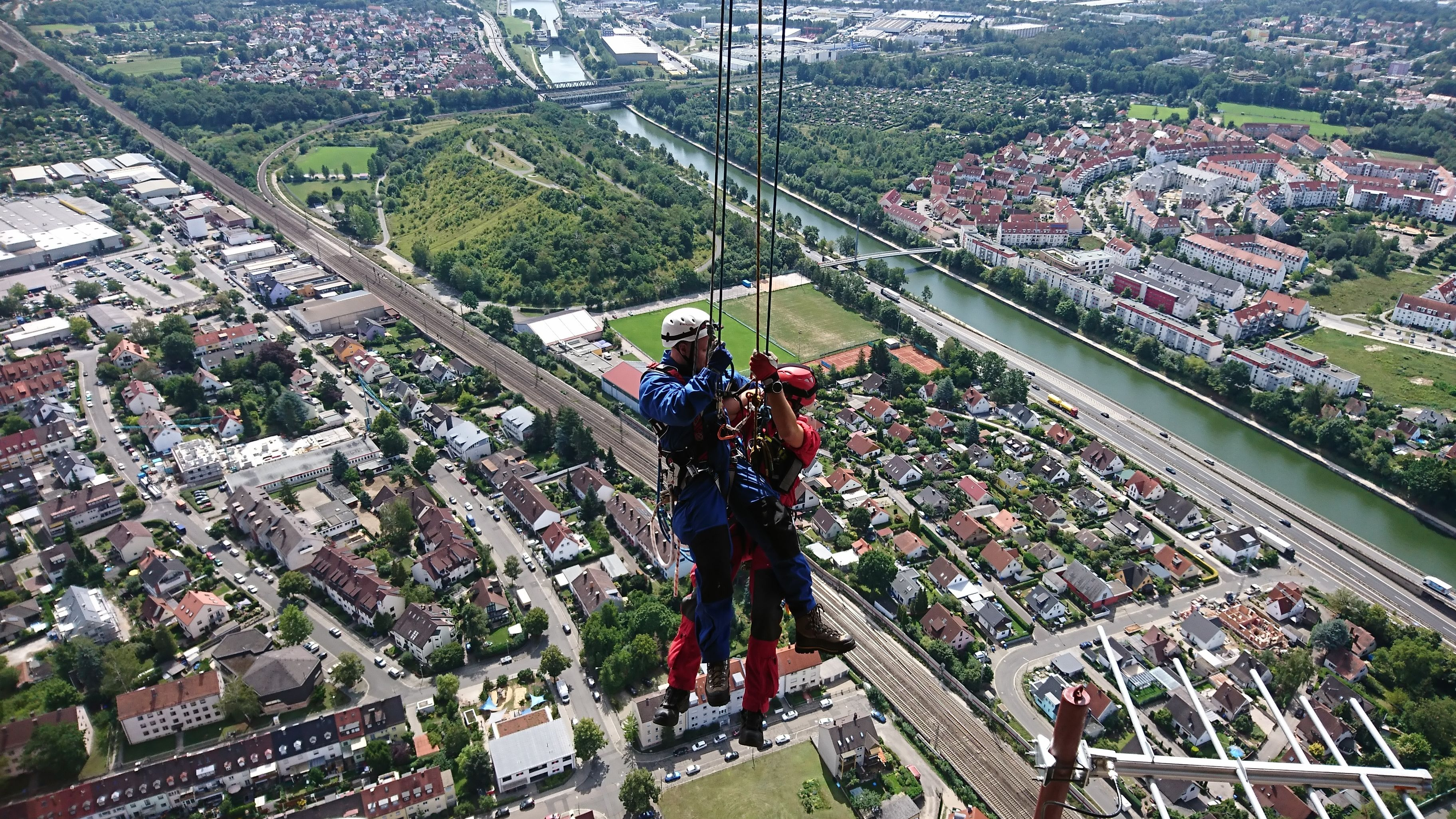 Höhenretter über Nürnberg: Sie trainieren derzeit am Nürnberger Fernledeturm.