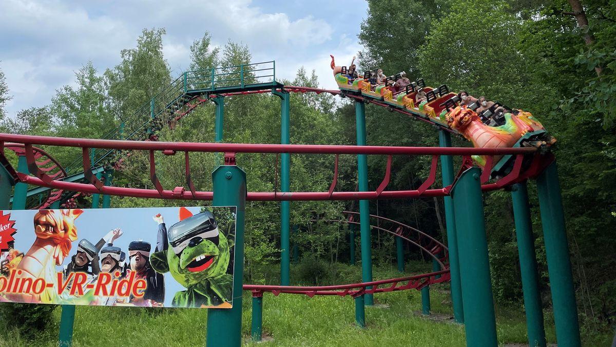 Viel hilft viel: Auf der Achterbahn im Freizeitpark Schloss Thurn trägt man nicht nur eine MNS-Maske, sondern auch eine VR-Brille.