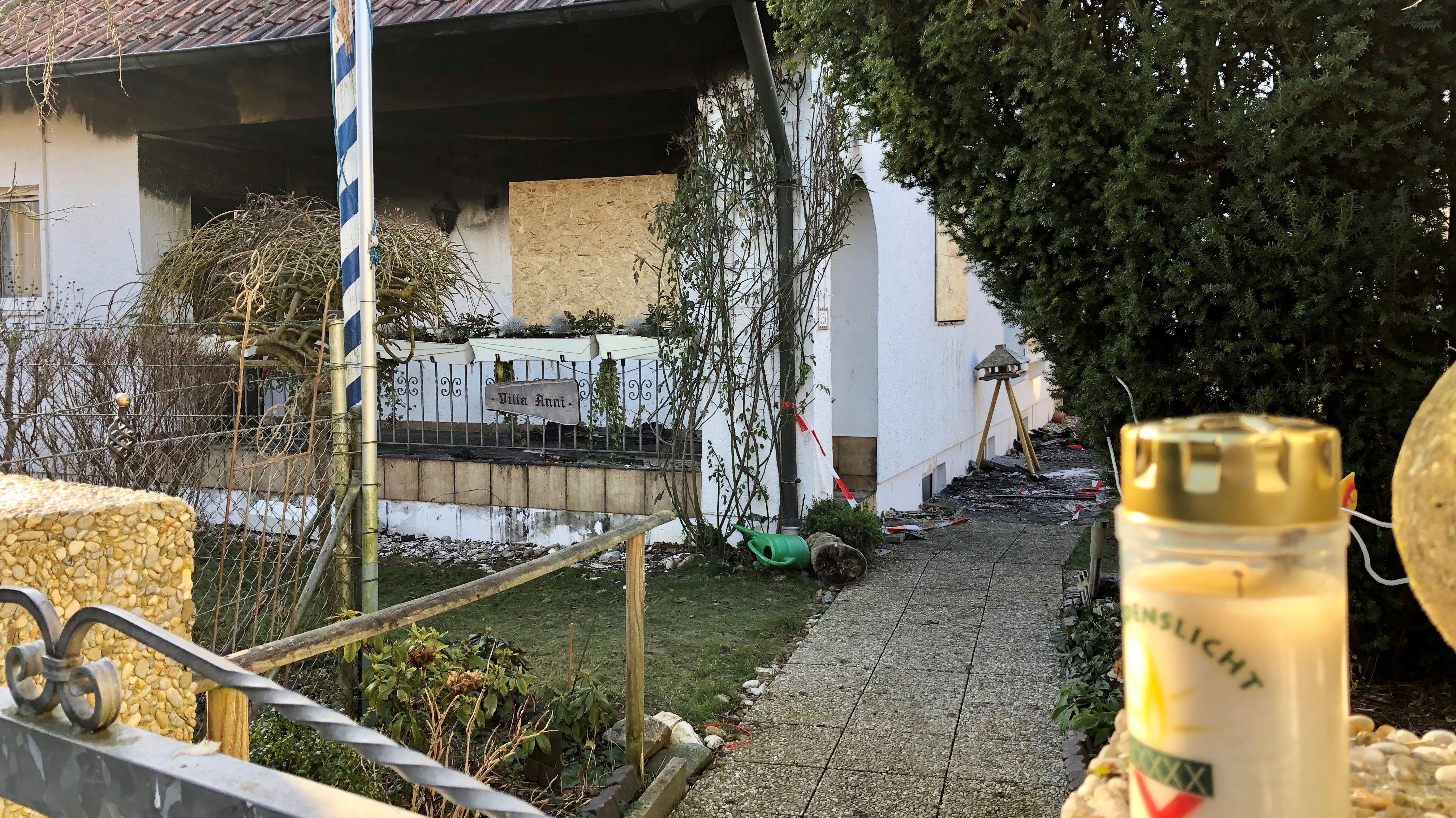 Am Tag danach vor dem abgebrannten Einfamilienhaus
