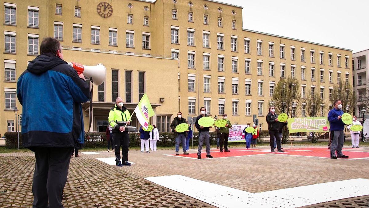 Beschäftigte am Klinikum Fürth protestierten für bessere Arbeitsbedingungen.