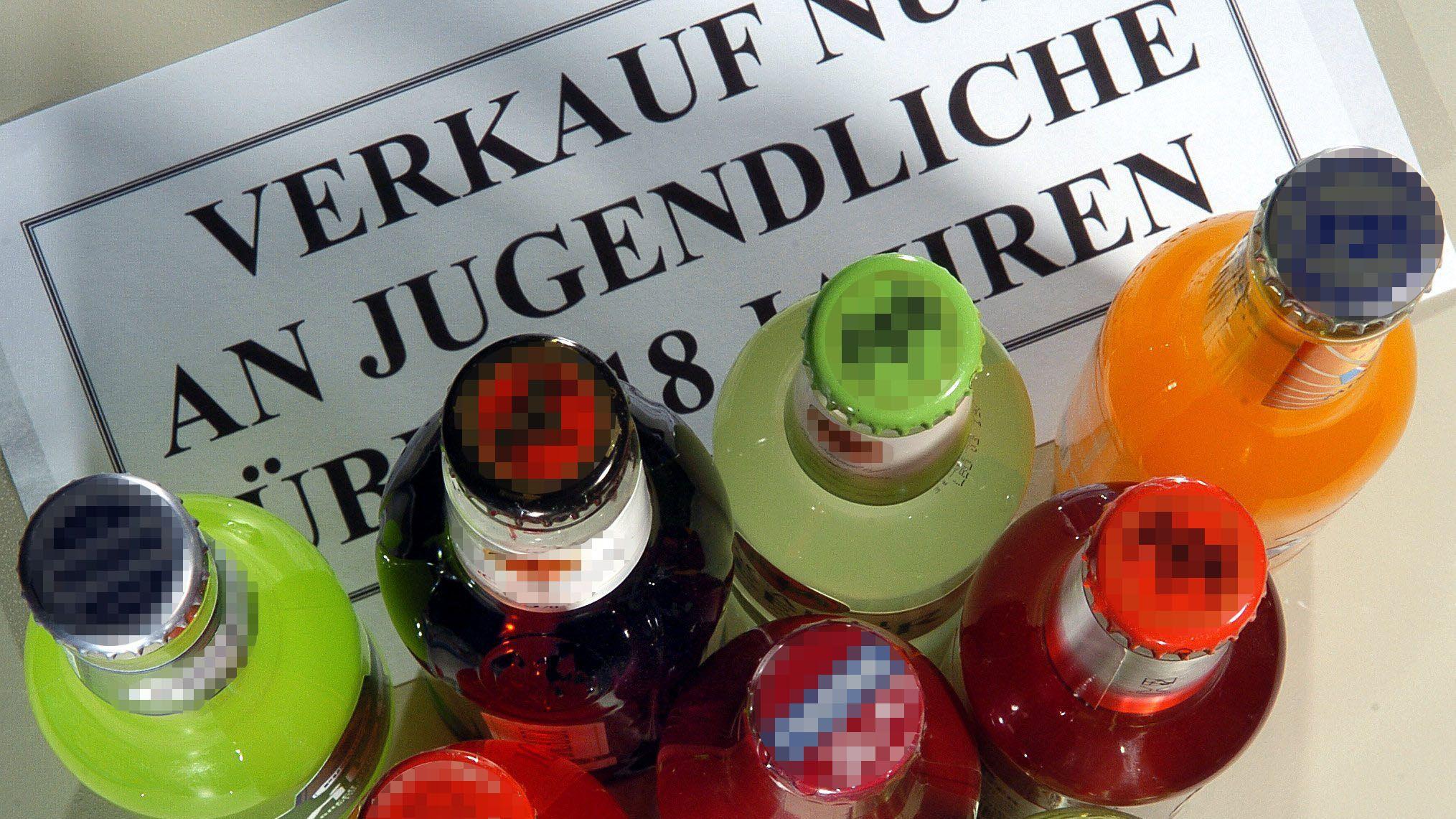Verschiedene Flaschen und ein Jugenschutz-Hinweis
