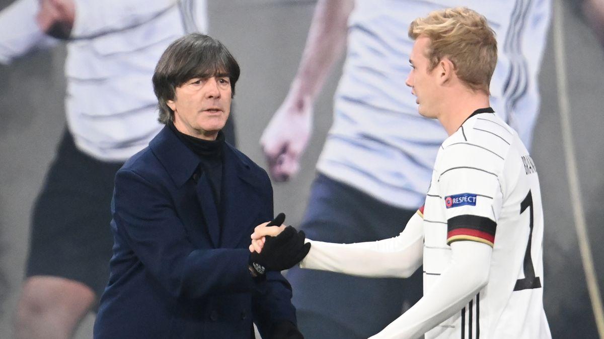 Bundestrainer Joachim Löw klatscht Julian Brandt (r) ab.