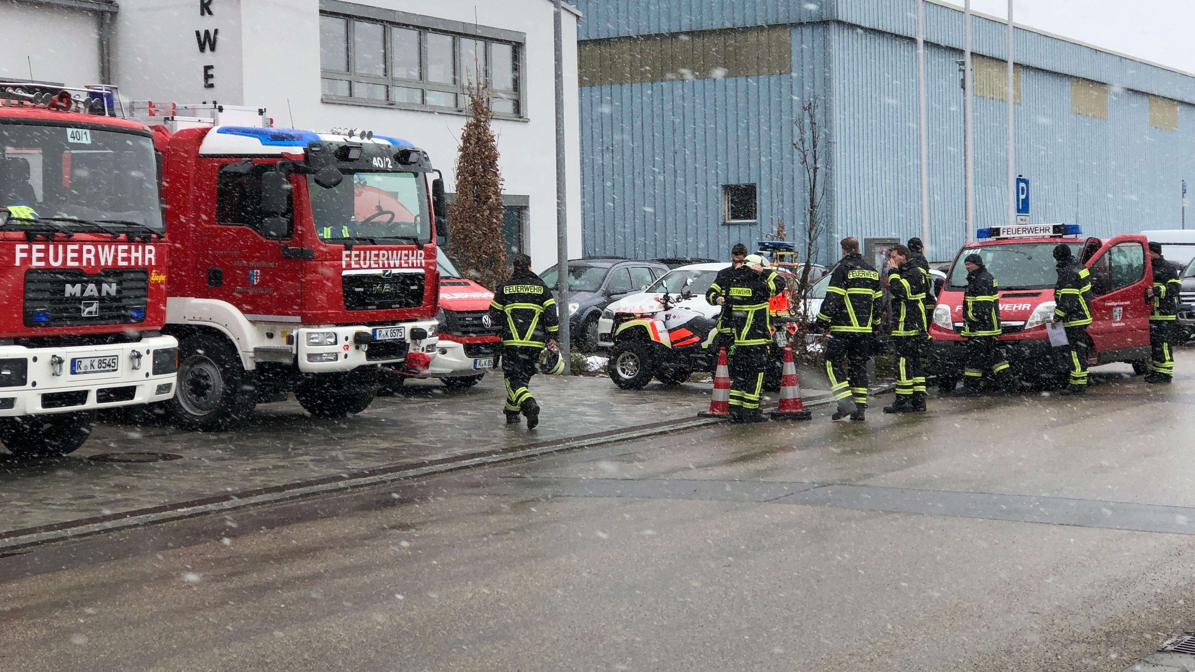Einsatzkräfte bei der Evakuierung in Obertraubling