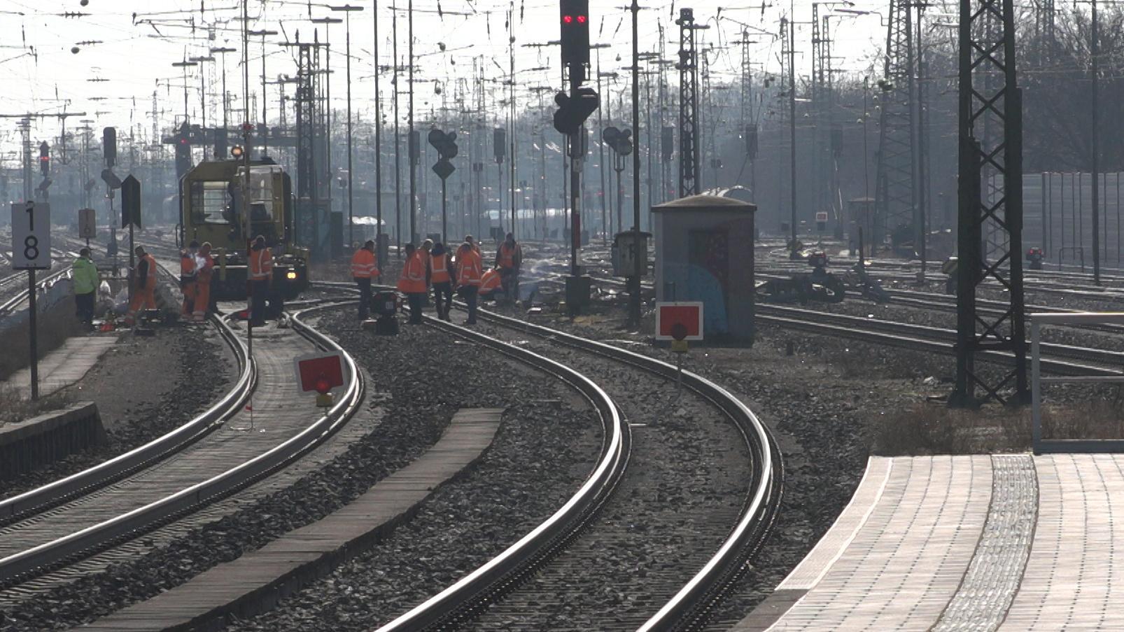 Blick vom Bahnsteig in Augsburg-Oberhausen auf die Stelle, an der ein Güterzug entgleist ist