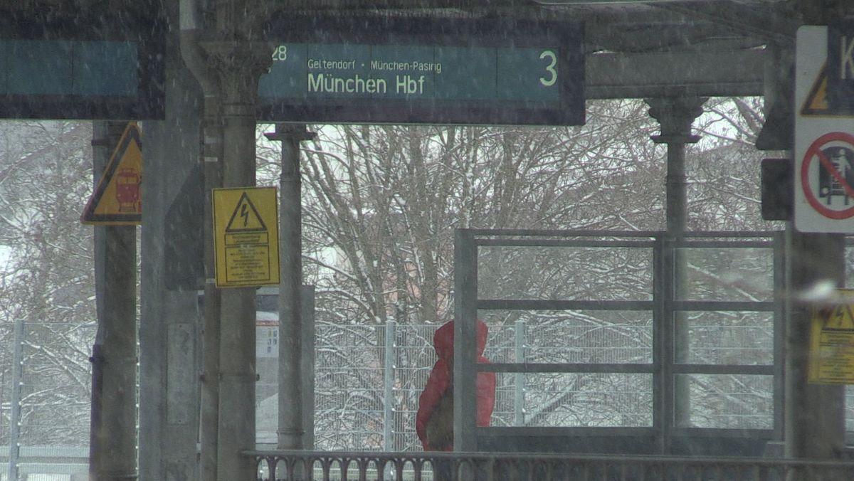 Jemand wartet am Kauferinger Bahnsteig auf einen Zug nach München. Vor allem bei der Rückfahrt zu den Stoßzeiten am Nachmittag sind Züge weggefallen oder haben sich verschoben.