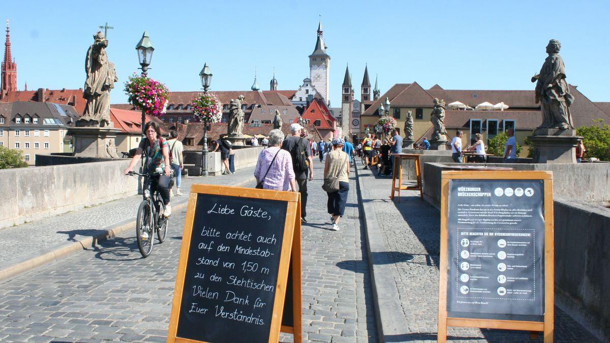 Alte Mainbrücke in Würzburg mit Corona-Hinweisschildern