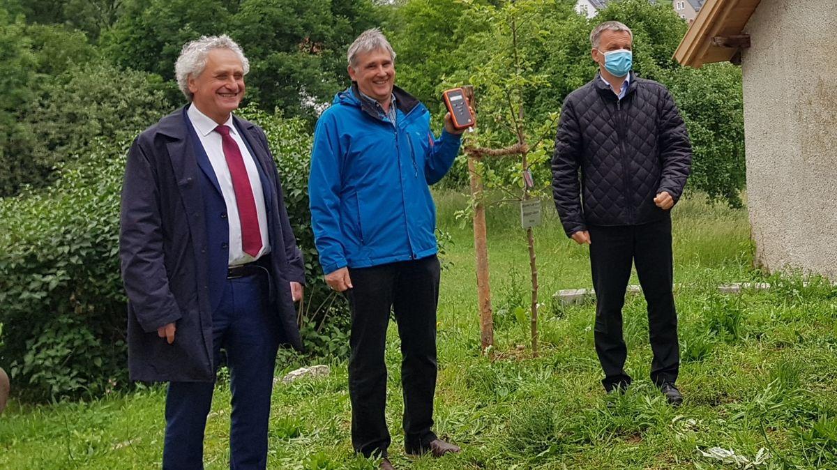 Wir messen selbst - zum Beispiel in Massenhausen: Freisings Landrat Petz, Wolfgang Herrmann vom Bürgerverein und Neufahrns Rathauschef Heilmeier