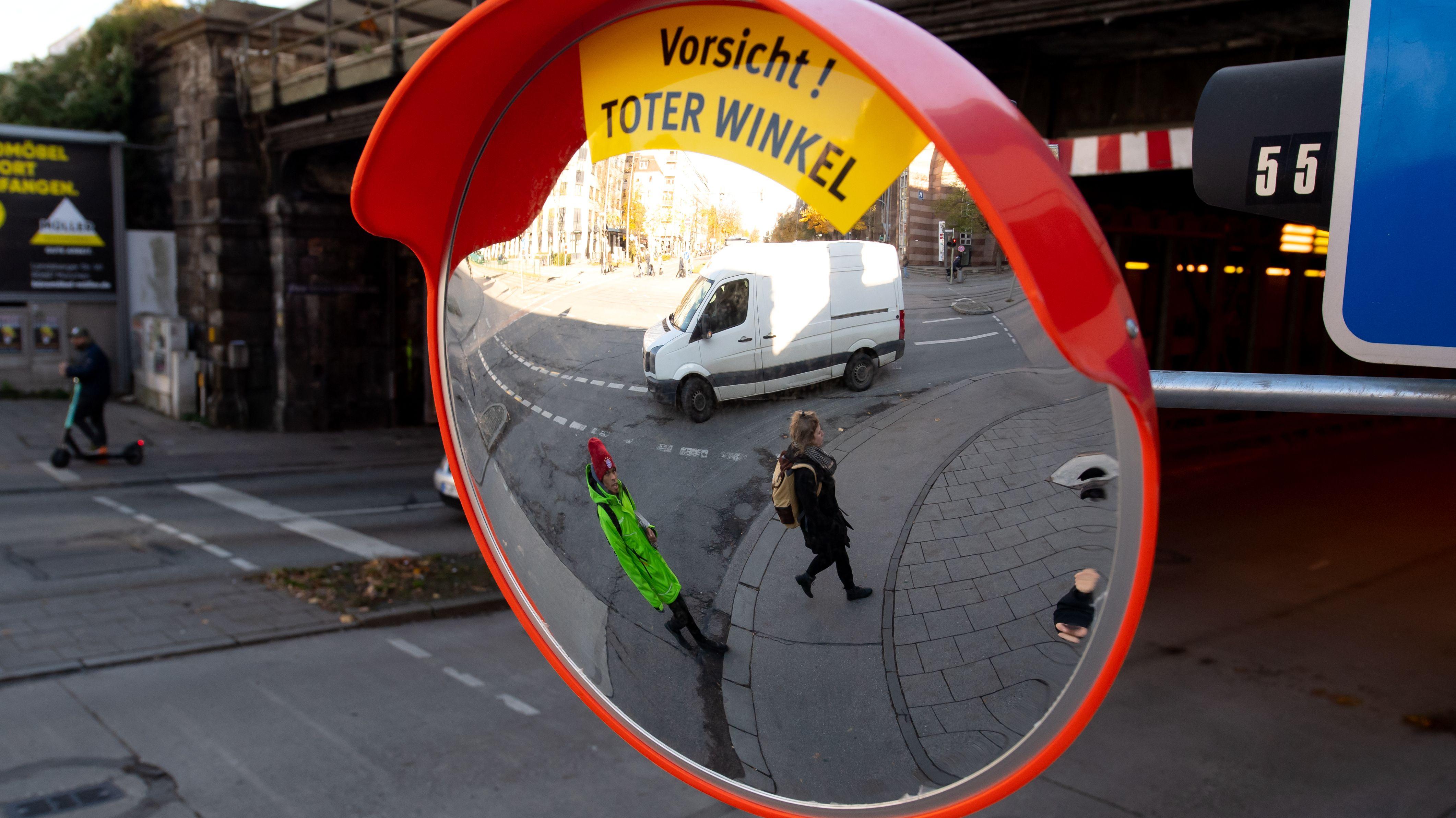 Ein Trixi-Spiegel an einer Münchner Straßenkreuzung