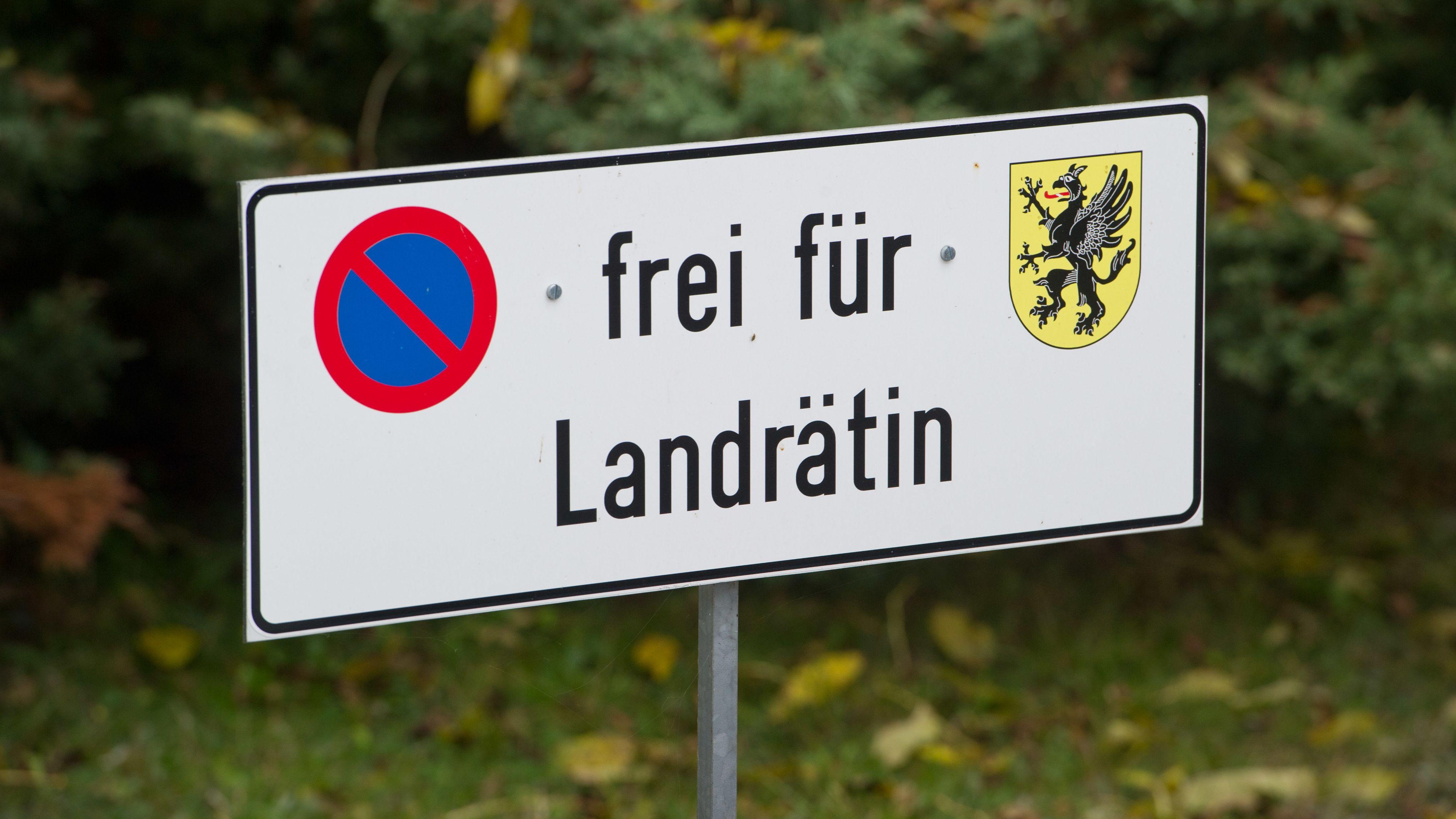 """Parkplatzschild mit der Aufschrift: """"frei für Landrätin"""""""