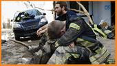 Zwei Feuerwehrmänner sitzen in den Trümmern nach dem Hochwasser im Westen Deutschlands. | Bild:BR24