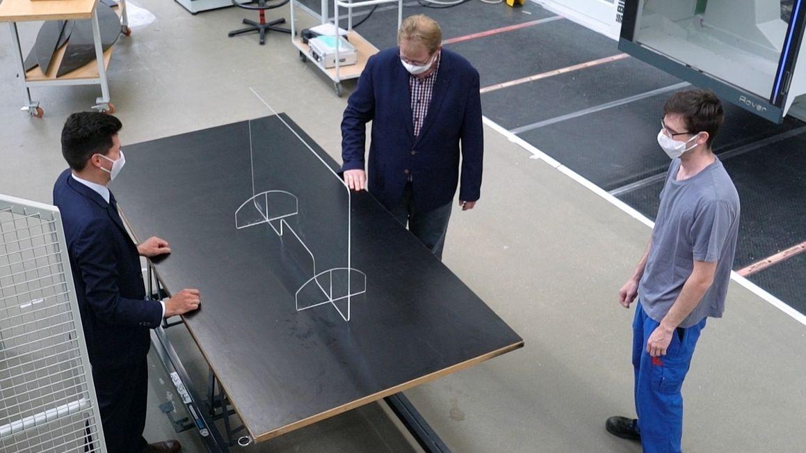 Die Firma BWF in Offingen stellt Plexiglas-Schutzwände her. Mitarbeiter begutachten ein Modell.