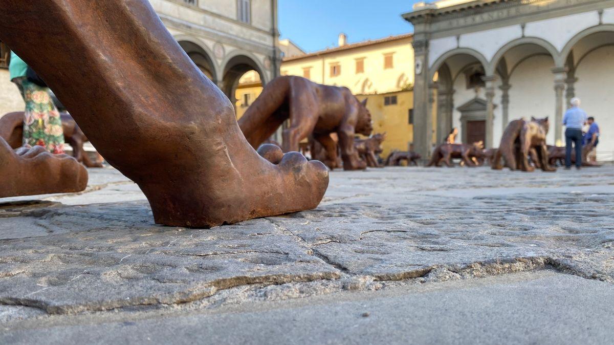 Wolfskulpturen aus Bronze lauern vor dem florentinischen Findelhaus.