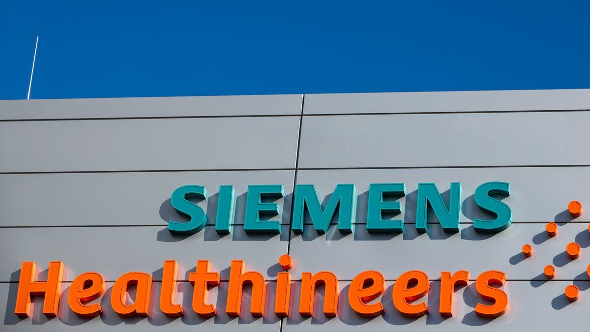 Außensicht des Logos am neuen Hauptquartier des Medizintechnikkonzerns Siemens Healthineers.