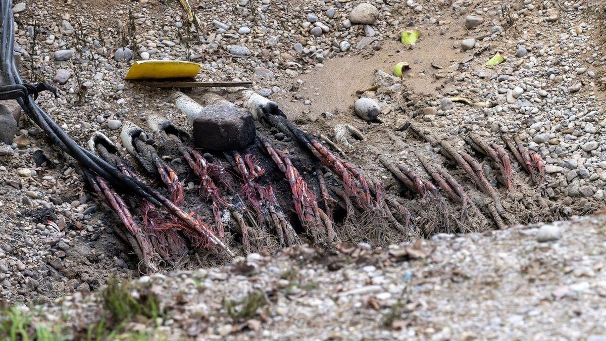 Zerstörte Kabel in einer Baugrube im Münchner Osten