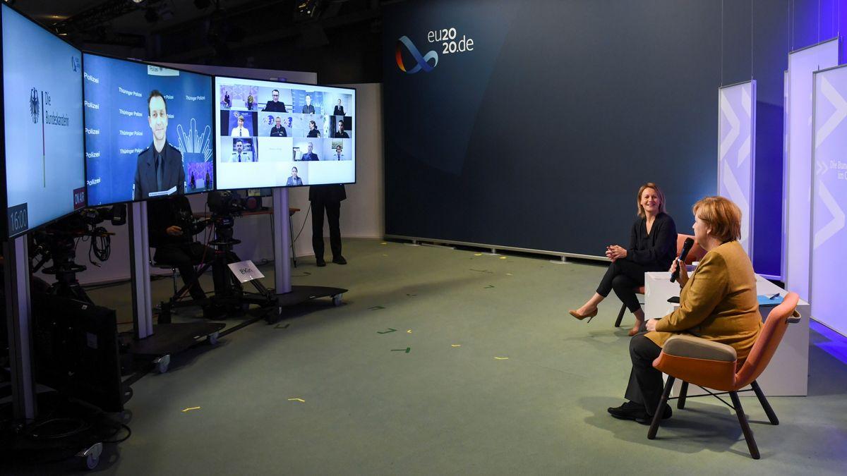 Bundeskanzlerin Angela Merkel spricht im Kanzleramt bei einem Online-Treffen mit Polizeibeamten und Polizeibeamtinnen