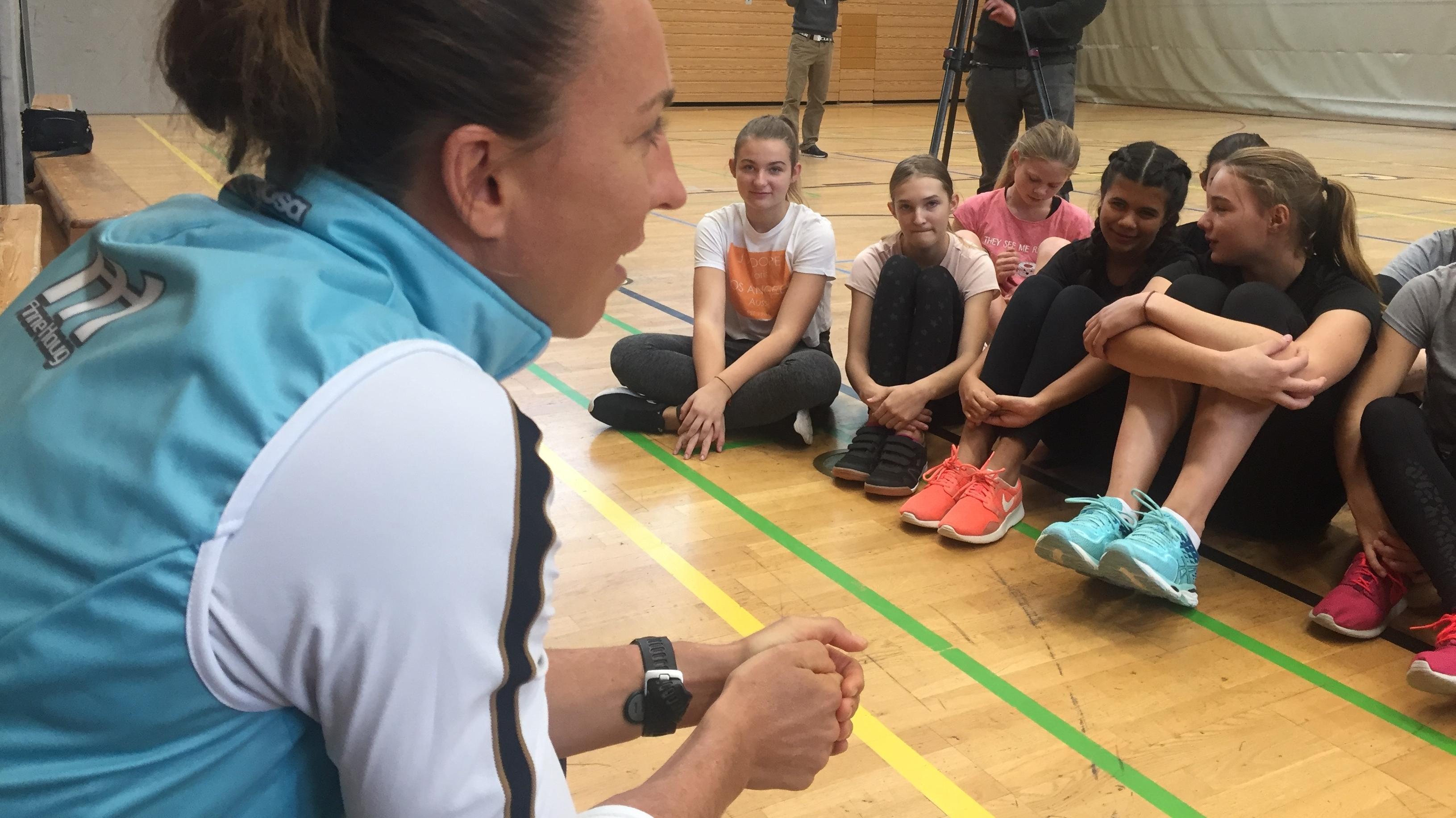 Triathletin Anne Haug beginnt die Sportstunde am Richard Wagner Gymnasium in Bayreuth.