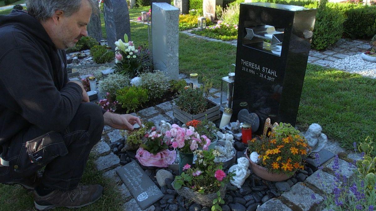 Vater Ronald Stahl am Grab seiner verstorbenen Tochter.