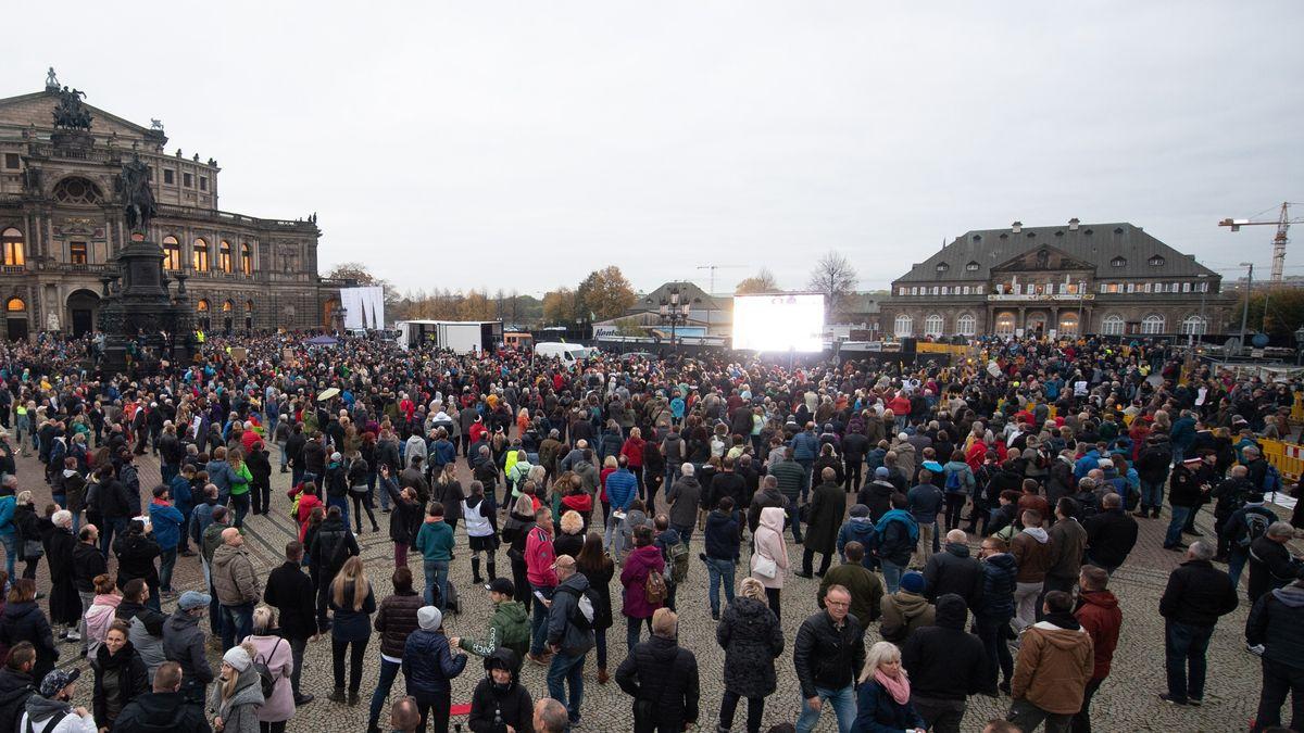 Archiv: Demonstration gegen Corona-Maßnahmen in Dresden