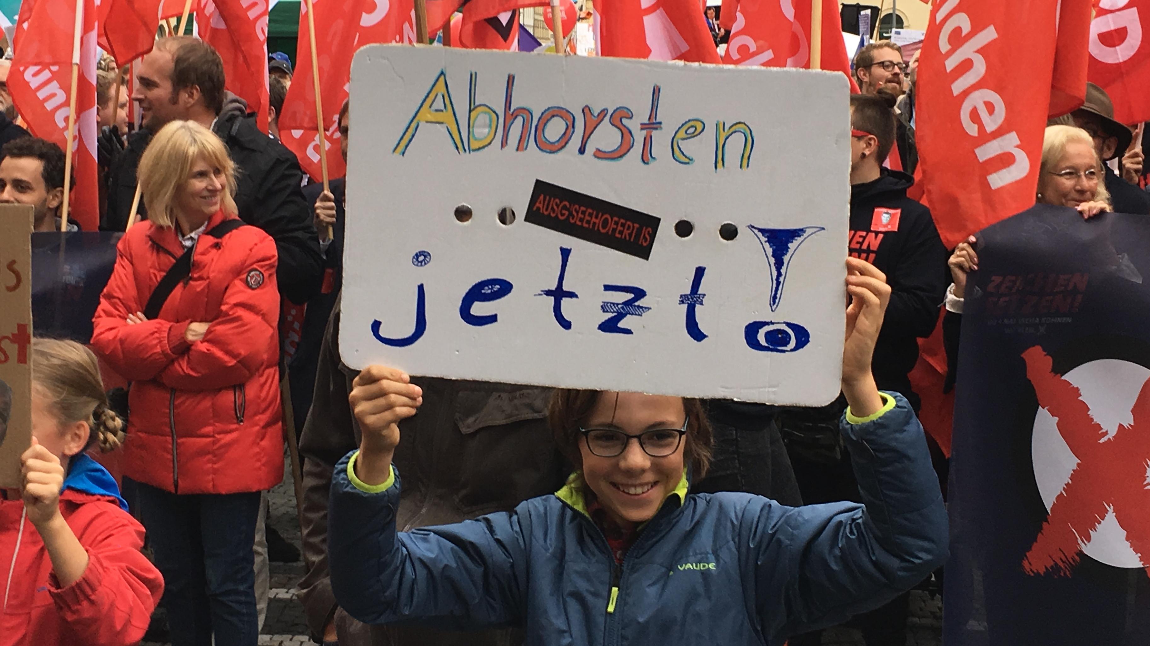 Viele Demonstranten trugen Plakate, auf denen sie direkt die CSU-Politiker Horst Seehofer und Markus Söder attackierten.
